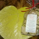 Piatto centrotavola di terracotta cristallinata con bacetti di Oropa alle noci e al cioccolato